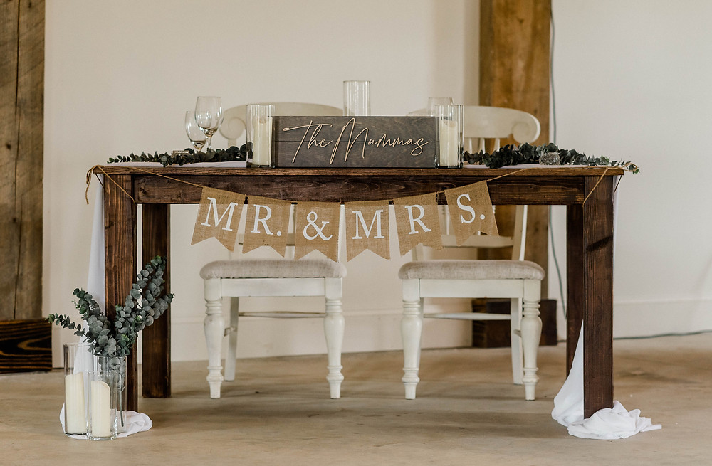 The rustic decor of the sweetheart table
