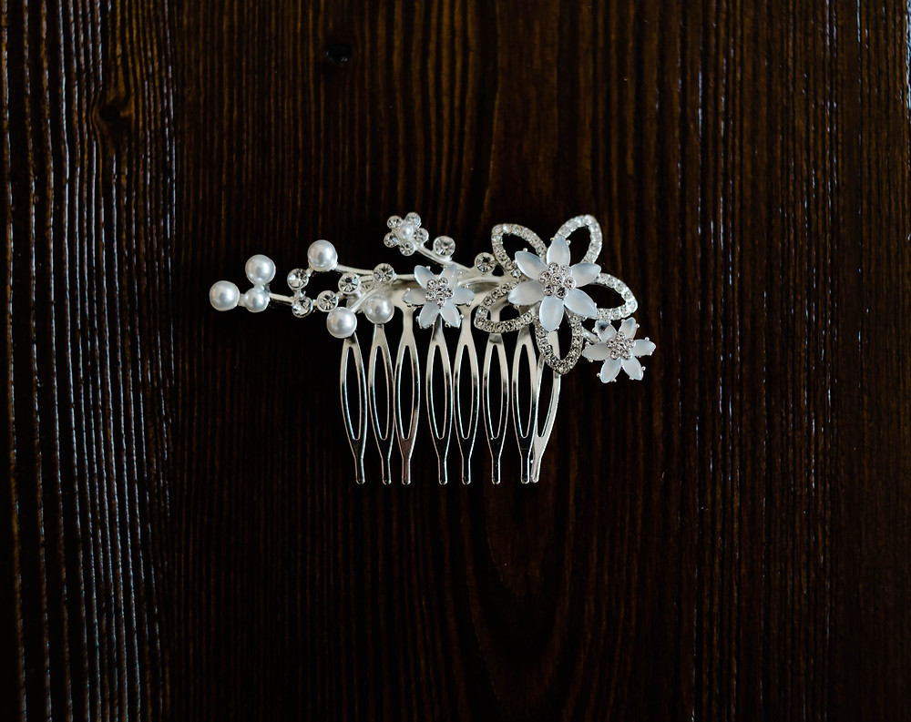 The bride's hair comb