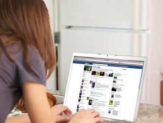 L'azienda vede i messaggi Facebook e licenzia la segretaria infedele