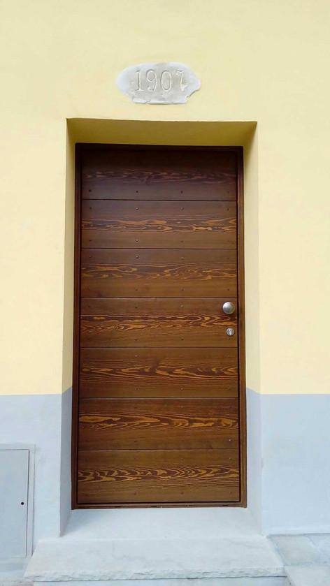 portoncino in legno massello a fasce orrizzontali