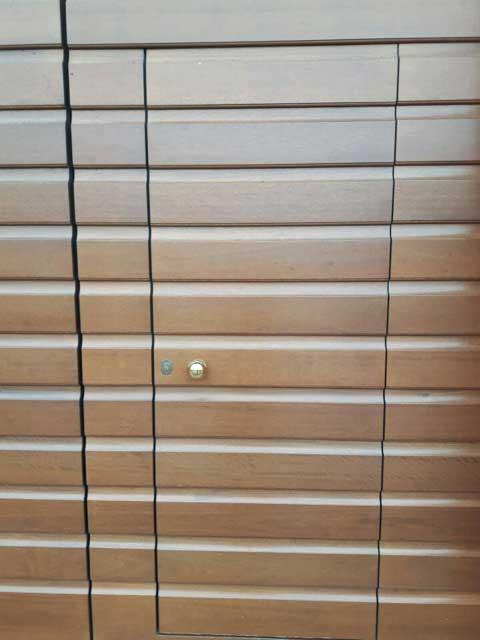 portello su portone in legno massello a fasce orrizzontali