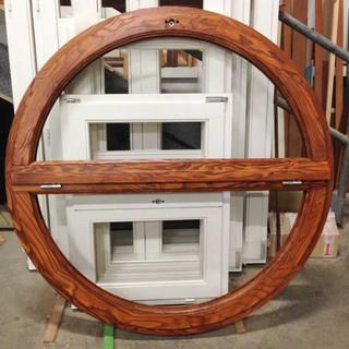finestra tonda frassino braun