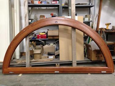 finestra arcata legno mordenzata noce