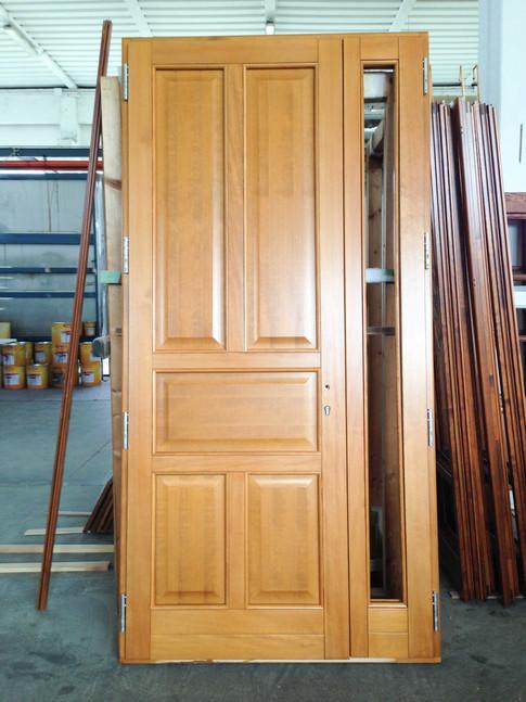 portoncino in legno massello a 2 ante con bugne e vetro laterale su anta piccola