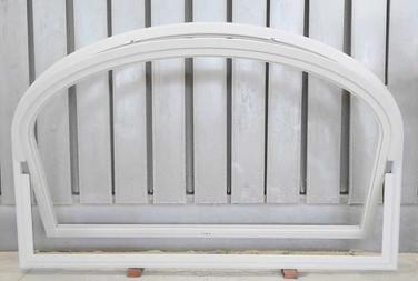 finestra legno arcata con apertura basculante