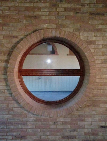 finestra tonda massello frassino braun con pietre a vista
