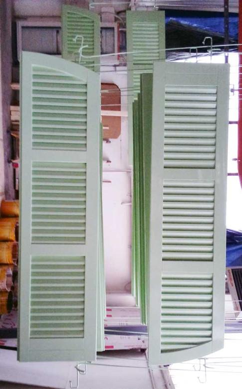 persiane legno laccate verde stecca aperta centro storico
