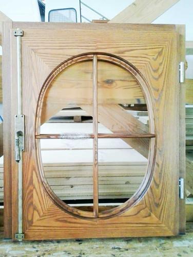 finestra legno rovere rustica vetro ovale