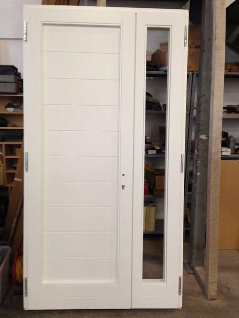 portoncino in legno laccato a due ante con fasce e vetrata su anta piccola