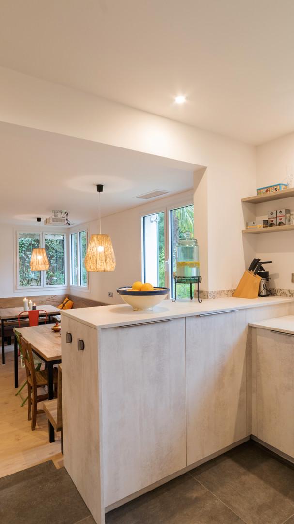 Kitchen and comedor