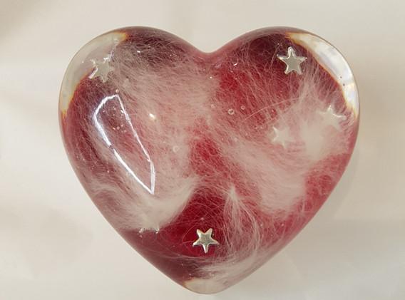 Hjerte med pels og rød baggrund