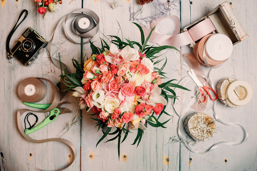 beautiful-composition-of-florist-table_e