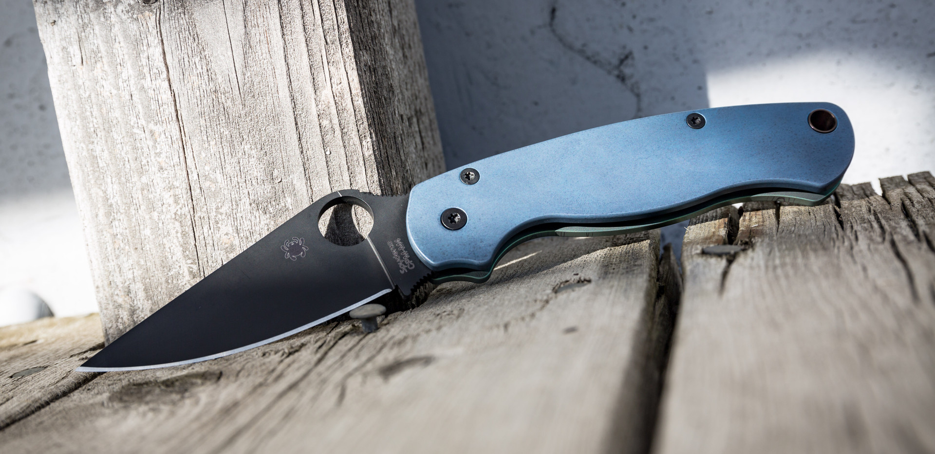 Simple Spyderco with single layer anodizing
