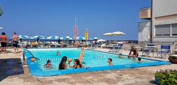 piscina del residence marinella