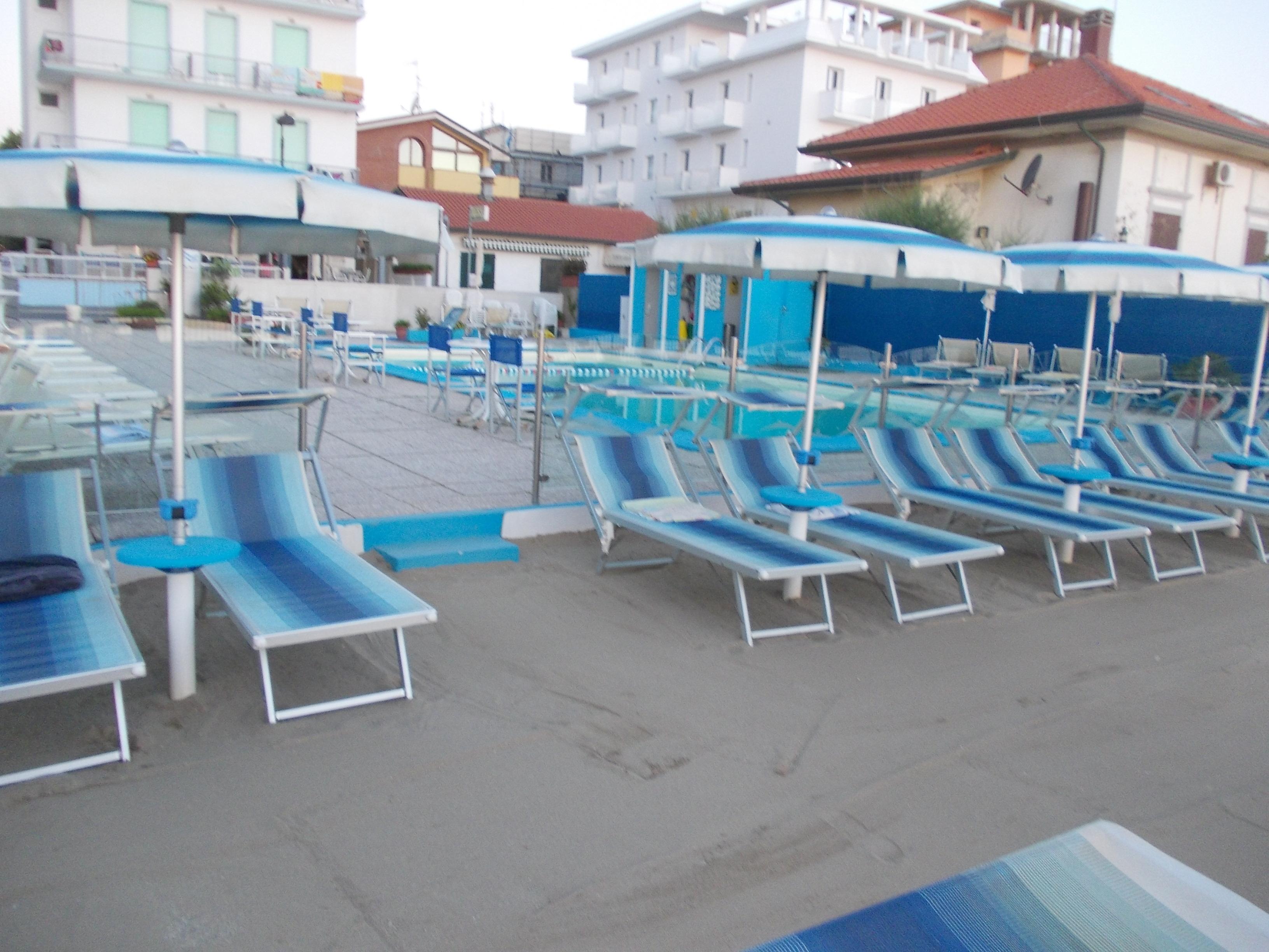 la nostra piscina e spiaggia