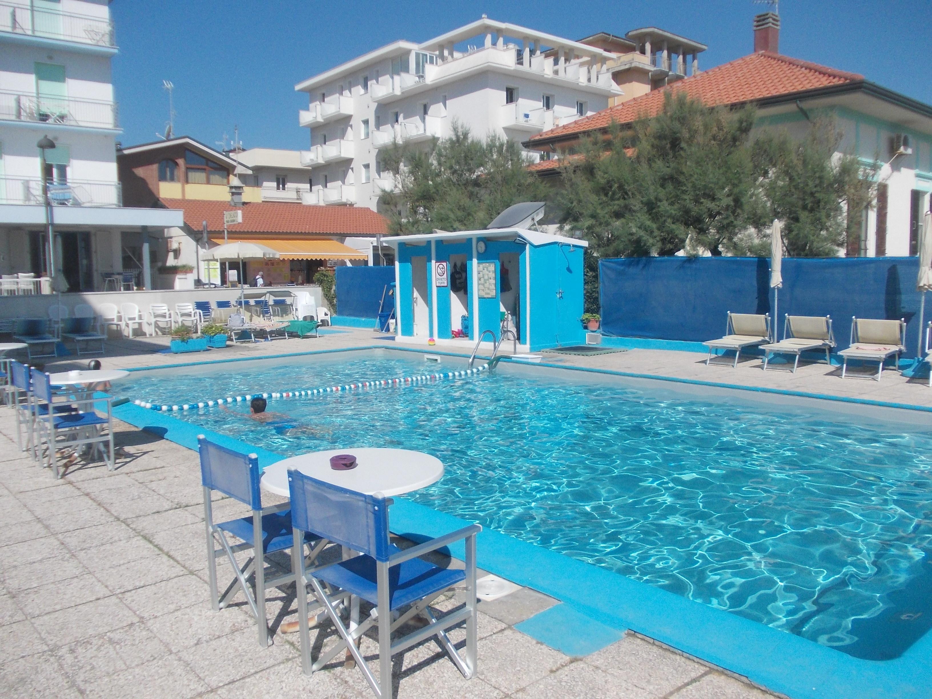 piscina fronte residence