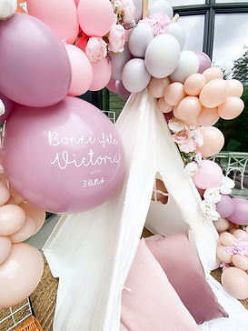 montreal, ballöom, 3rd birthday decor, teepee tent, balloons