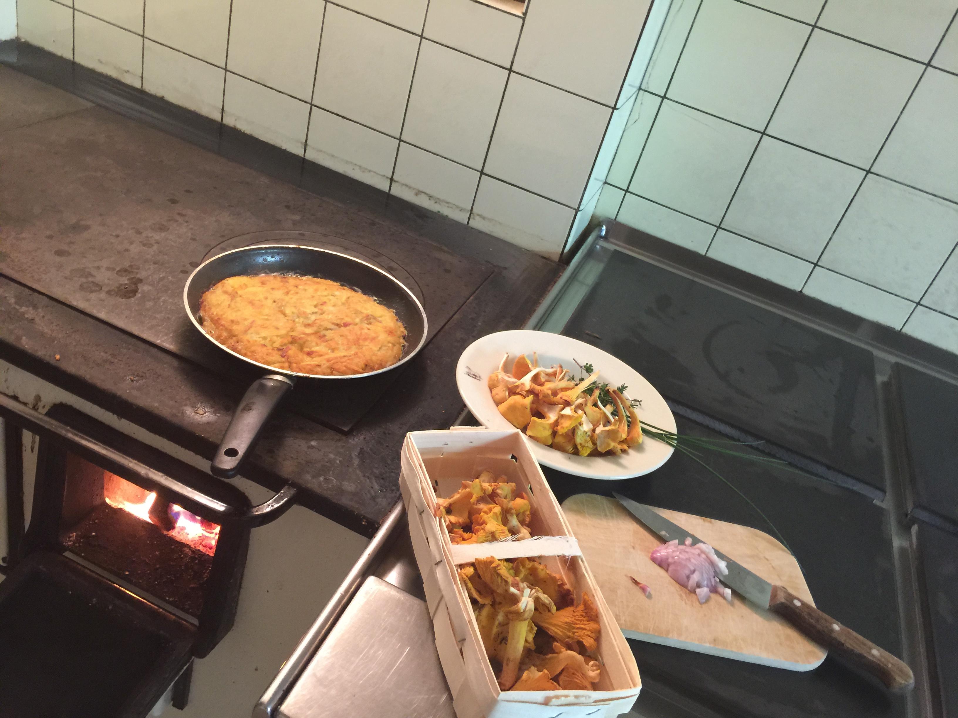 Wer will kann auf Holzfeuer kochen