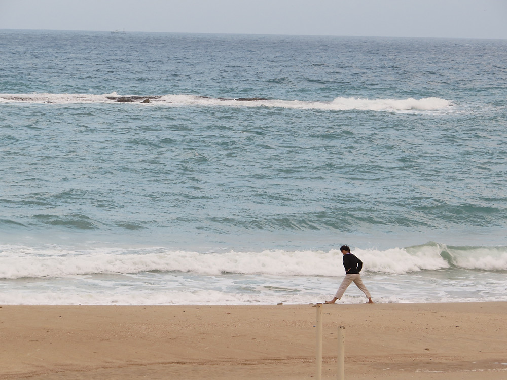 רגע יוגה בחוף פלמחים