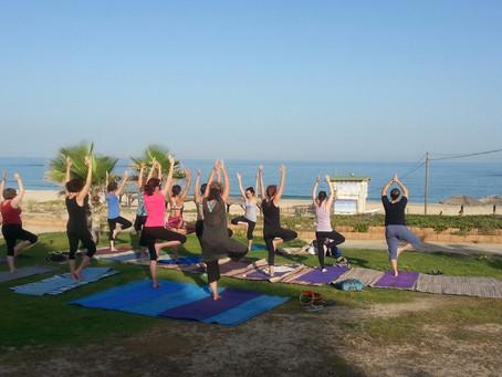 רגע לפני כיפורים: עצירת יוגה על החוף
