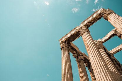 Emma, la guide du petit rusé, vous invite à découvrir la ville d'Athènes, ses principaux monuments, ses mythes, son histoire et ses mystères.  Elle vous propose une série d'énigmes, qui, si vous réussissez, vous permettront de découvrir les deux personnages iconiques de la cité.  Partez à la découverte des monuments emblématiques d'Athènes, comme le stade Panathénaïque, l'Acropole et le Parthénon, mais aussi de ses personnages célèbres, comme notamment les dieux Zeus et Poséidon, mais aussi des Hommes politiques, empereurs et consuls, qui ont façonné la ville.   Prêts pour relever ses défis?   Configuration requise : iPhone 6S + iOS 12.1 minimum - Android 5.0 minimum.