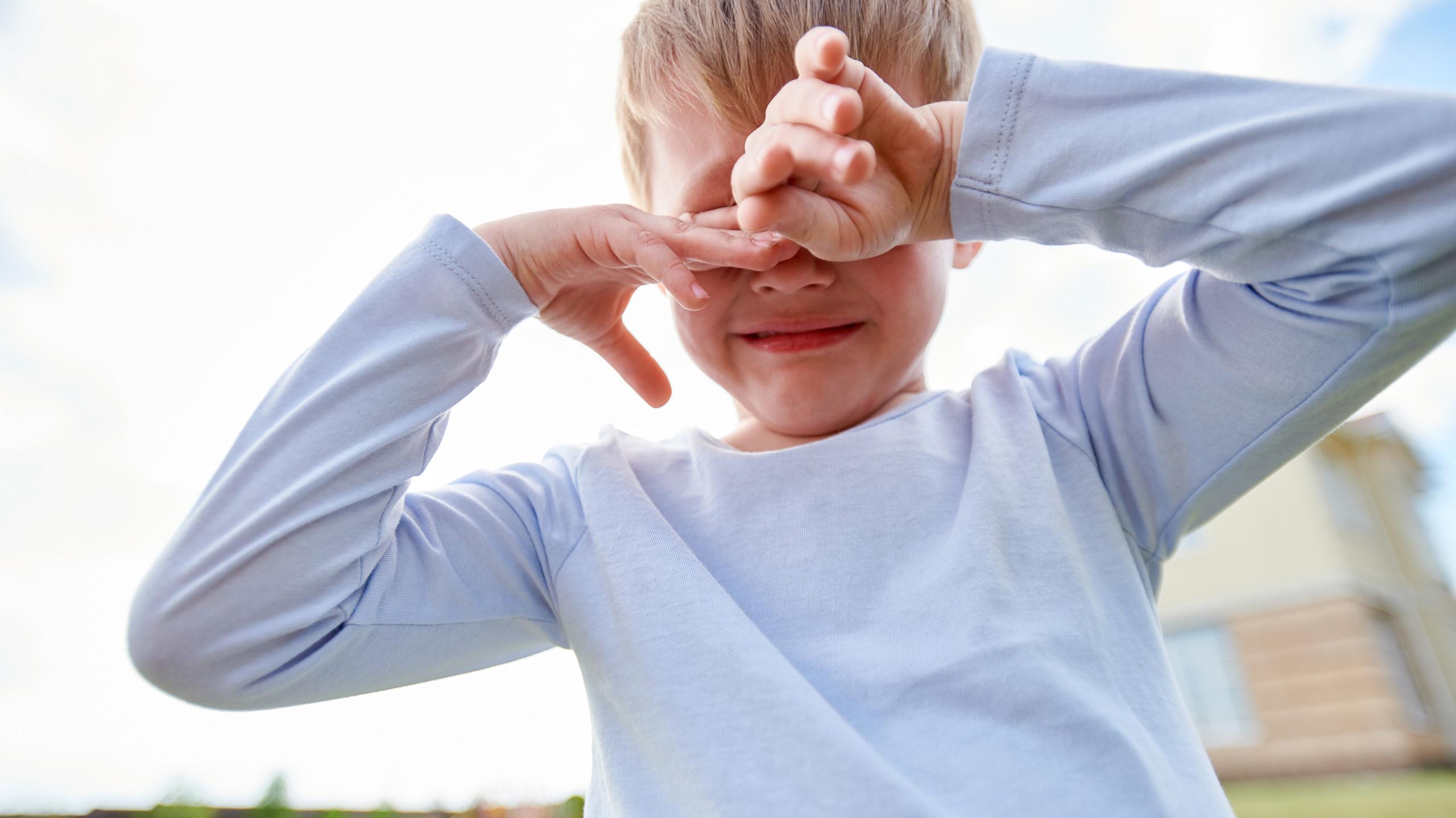 crying-little-boy-on-playground-Y32QUZ7.