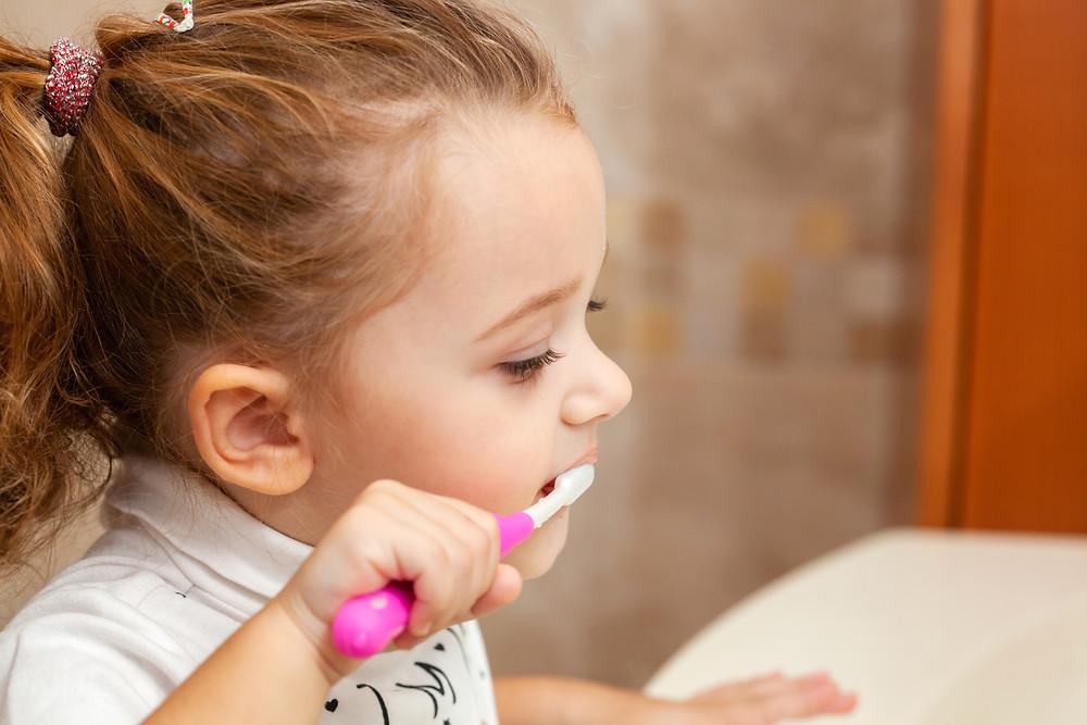 a dormir angelito, niña lavando dientes