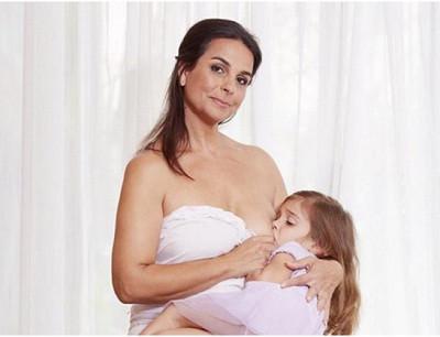 mujer defiende lactancia extendida con su hija de 8 años