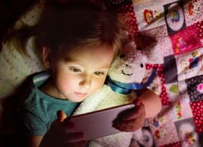 ¿Antes de dormir, le das el celular para que se relaje?