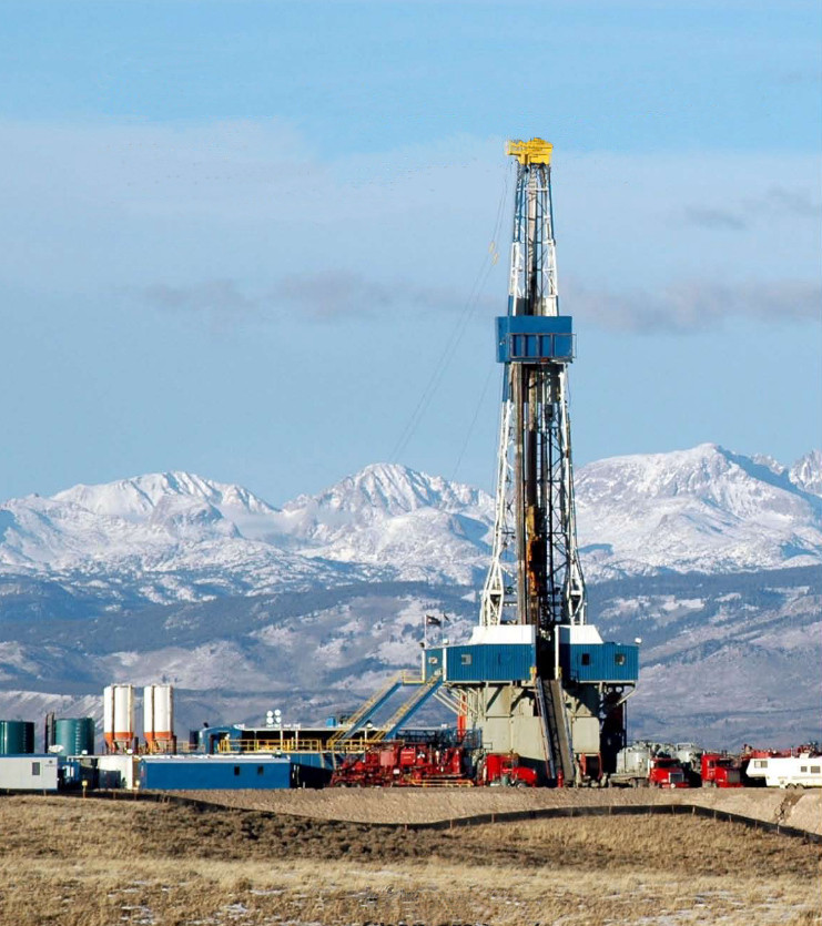 A gas drilling rig on public lands in Wyoming. (Credit: BLM Wyoming Pinedale Field Office)