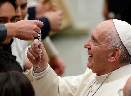 List pápeža Františka na mesiac máj: Modlime sa ruženec v domácnosti