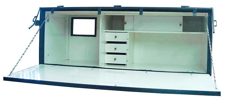 Cozinha com espaço (com ventilação) para geladeira, três gavetas e ...