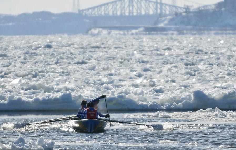 canot a glace quebec est une activité incontournable à québec cet hiver.  Esseyer le canot à glace à Québec sur le fleuve Saint-Laurent devant la Ville de québec.