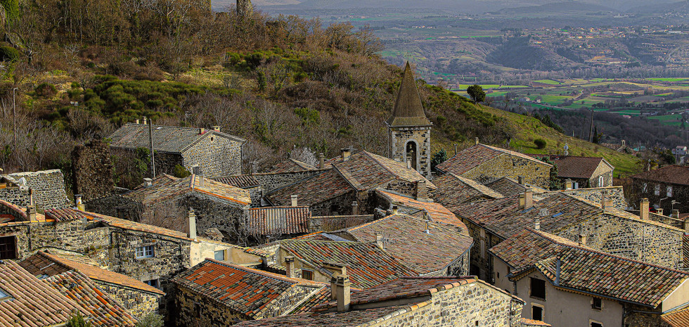 Vue sur les toits d'un petit village de 617 habitants qui se prénomme Mirabel en Ardèche La vue embrasse le massif du Coiron, les Cévennes et la plaine jusqu'au rocher de Sampzon.