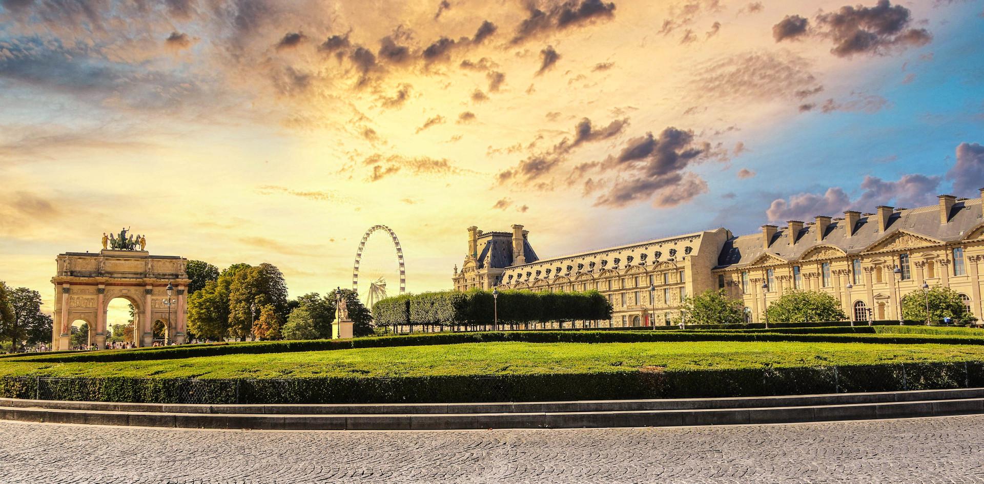 Place entre l'entrée de la porte des lions et la porte du carroussel au Louvre.