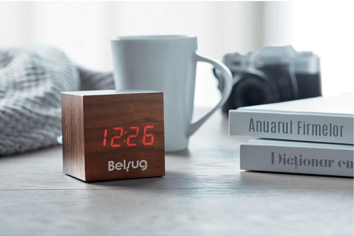 Designul simplu cu finisaje de lemn il face potrivit pentru orice birou.