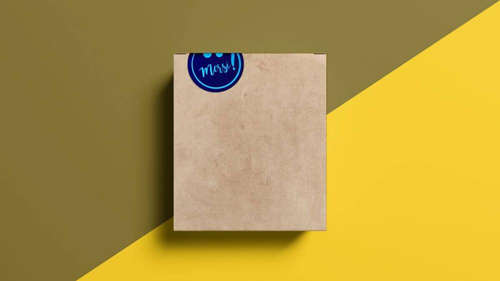 Stickerul sigileaza cutia de carton