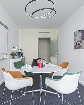 Rent a conference room: The East Side Gallery can accommodate 4 persons.
