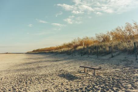 Eine Bank am Strand