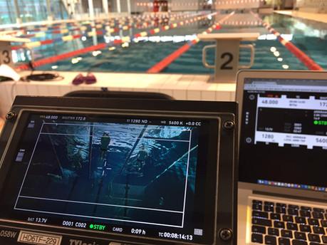 Prise de vue sous-marine piscine. Underwater filming swimming pool.