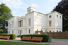 Außenansicht Villa Schöningen. Gebäude ist im Stil einer italienischen Turmvilla gebaut.