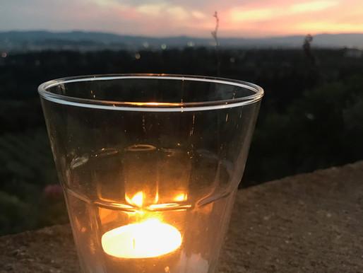 Eine Kerze anzünden als Aufforderung  Menschenrechte zu achten