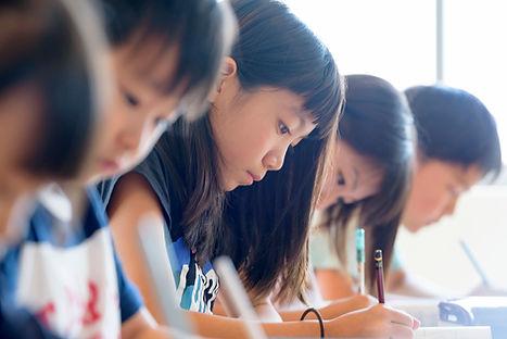 真剣に勉強に取り組む小学生たち.jpg