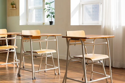 pixta_小学校 椅子と机.jpg
