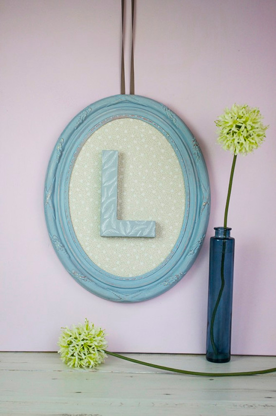 Oval picture frame with letter L in centre