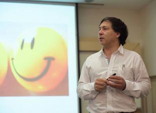 Instituto del Bienestar, co-autor de libro científico de Bhutan sobre Felicidad global.