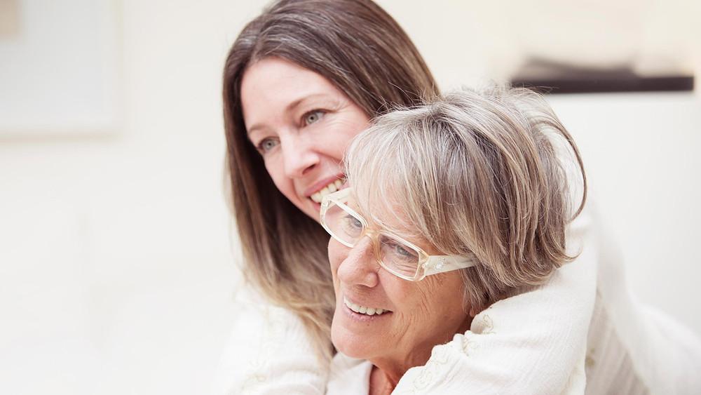Cuidador e idosa. A marca AdaptWear e sua moda inclusiva oferece roupas adaptadas para atender idosos com necessidades especiais. Design adaptável.