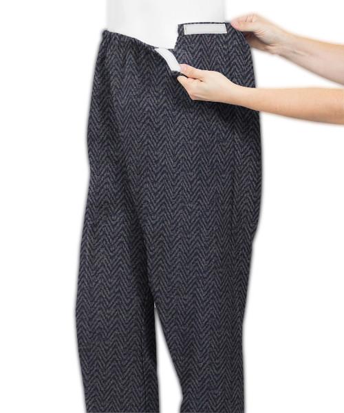 Estas calças são de malha elástica o que as tornam fáceis de colocar. Elas oferecem conforto e conveniência para qualquer pessoa com mobilidade limitada.  É o cuidado adaptável na sua melhor forma e composição, uma mistura de malha de poliéster com algodão, tornando-a supermacia.  Estas calças de malha adaptáveis para artrite com abertura lateral e velcro tornam o vestir-se muito fácil!  O sistema de velcro em ambos os lados do cós permite um penso anti-artrítico ajustável e sem esforço.