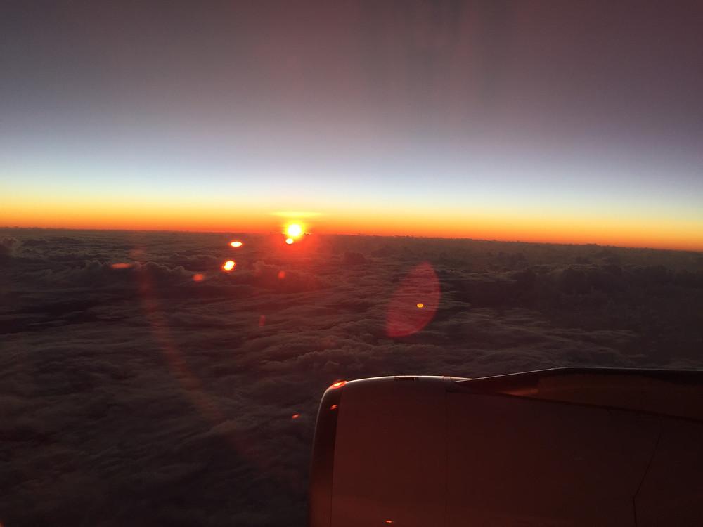 飛行機からの朝日