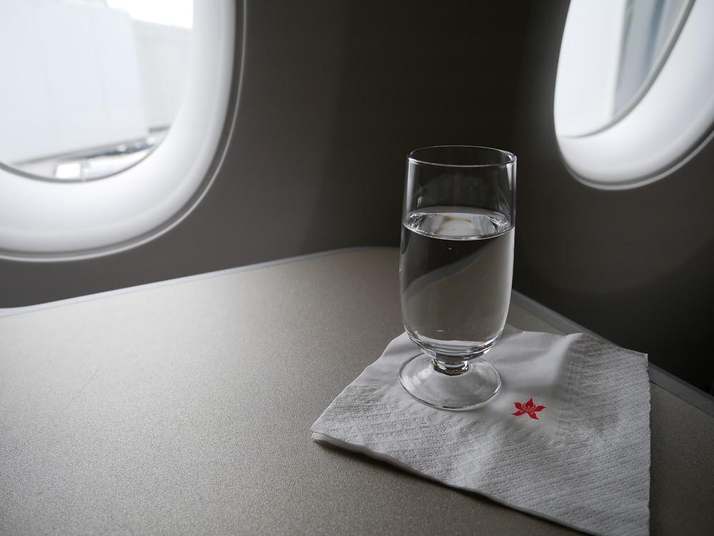 香港航空 A350 ビジネスクラス ウェルカムドリンク